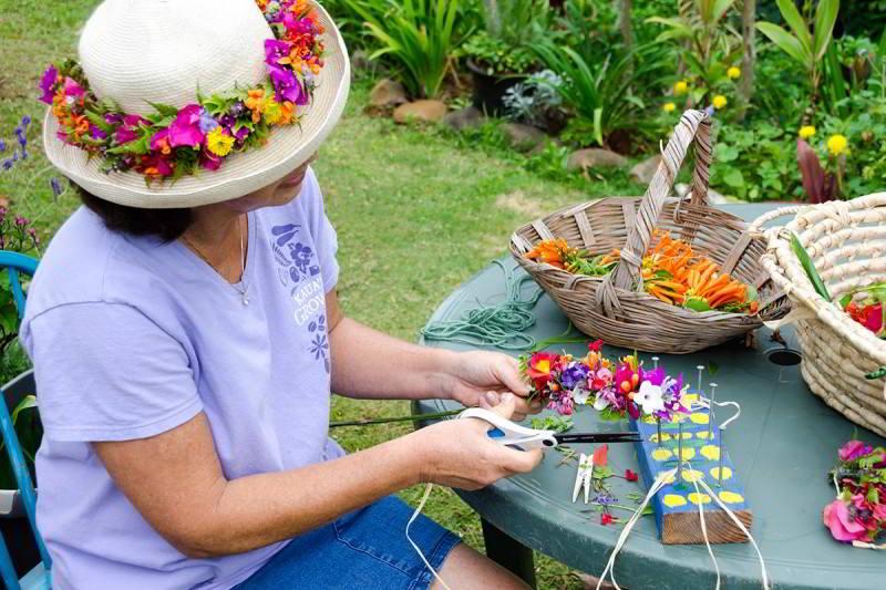 hawaiian-flower-crafting